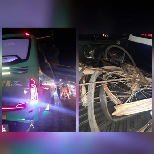 Bus dan sepeda pancal yang terlibat kecelakaan.  (Foto: Dokpol / Tulungagung TIMES)
