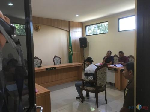 Pelaku pembunuh begal ZA (seragam abu-abu) saat duduk di kursi ruang sidang tirta/ anak Pengadilan Negeri Kepanjen (Foto: Ashaq Lupito / MalangTIMES)