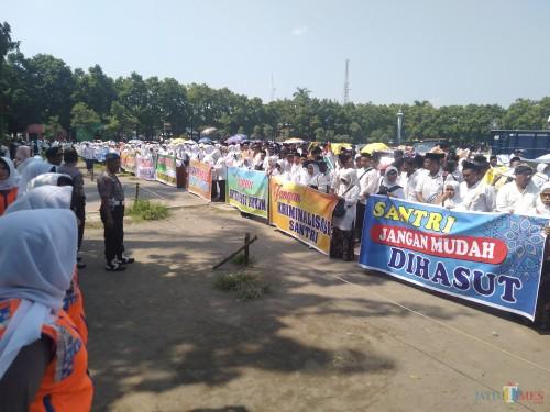 Situasi aksi warga Thoriqoh Shiddiqiyyah di Alun-alun Jombang (Foto: Adi Rosul / JombangTIMES)