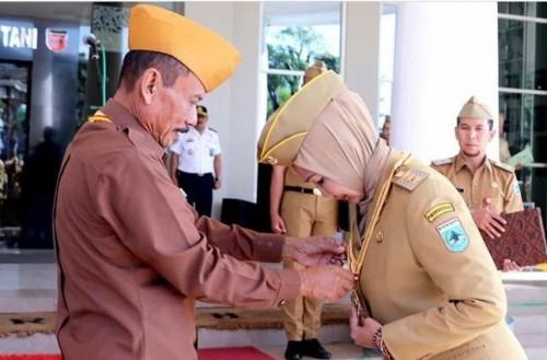 Ketua DPD LVRI Provinsi Jawa timur Brigjen TNI (Purn) Ismadi saat penyematan gelar kehormatan bintang LVRI kepada Wali Kota Batu Dewanti Rumpoko di halaman Balai Kota Among Tani, Senin (20/1/2020). (Foto: Humas Pemkot Batu)