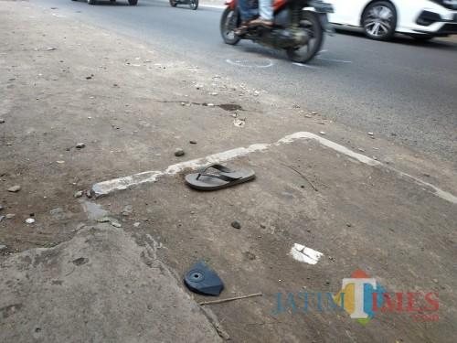 Barang bukti yang masih tersisa tepat di lokasi kejadian awal mobil patroli polisi Polsek Kedungkandang yang menabrak kendaraan warga sipil. (Hendra Saputra)