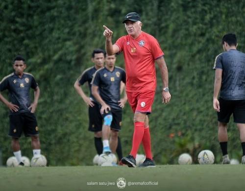 Mario Gomez saat beri instruksi kepada pemain Arema. (official Arema FC)