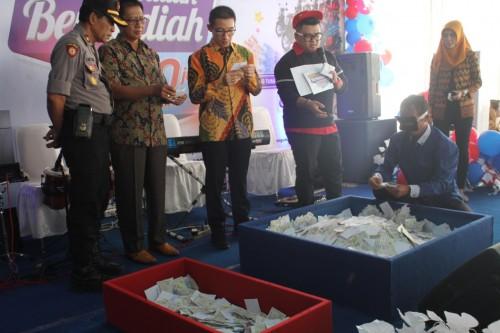 Program undian berhadiah Rp 700 juta sukses digelar Graha Bangunan.(Foto : Team BlitarTIMES)
