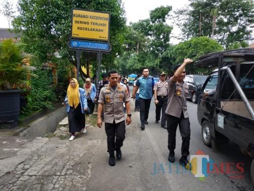Kapolresta Malang Kota, Kombes Pol Leonardus Simarmata saat meninjau TKP (Hendra Saputra)