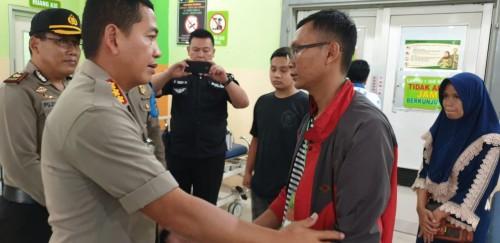 Kapolresta Malang Kota Kombespol Leonardus Simarmata saat mengunjungi korban kecelakaan beruntun di IGD RSSA Malang (Humas Polresta Malang Kota).