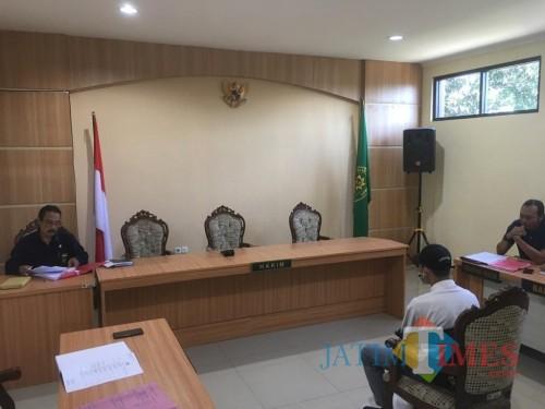 Pelaku pembunuh begal ZA (duduk di kursi persidangan) sesaat sebelum mendengar tuntutan dari JPU (Foto : Ashaq Lupito / MalangTIMES)