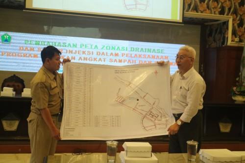 Pembahasan peta zona drainase dan sumur injeksi progam GASS di Balaikota Malang (Foto: Humas Pemkot Malang)