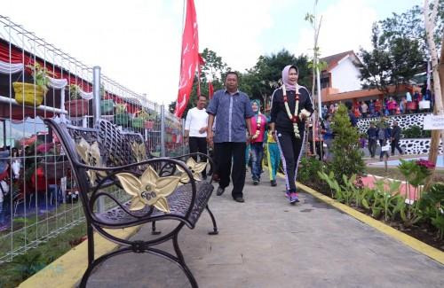 Wali Kota Batu Dewanti Rumpoko saat meninjau Taman Sehat,Selasa (21/1/2020). (Foto: Humas Pemkot Batu)