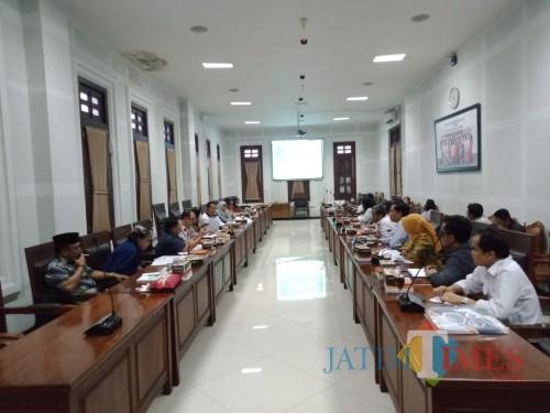 Pertemuan antara Komisi B DPRD Kota Malang dan direksi Perumda Tugu Tirta Kota Malang saat membahas solusi krisis air di Kota Malang belum lama ini. (Pipit Anggraeni/MalangTIMES).
