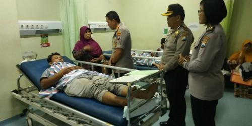 Kapolresta Malang Kota, Kombes Pol Leonardus Harapantua Simarmata Permata saat menjenguk salah satu korban tabrakan mobil patroli polisi di RSSA (Foto: Istimewa)