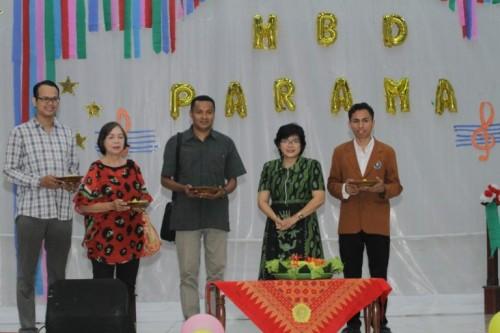 Pembina Parama, Irene Trisisca Rusdiyanto, M.Pd (dua dari kanan) usai potong tumpeng perayaan Dies Natalis ke 33 (ist)