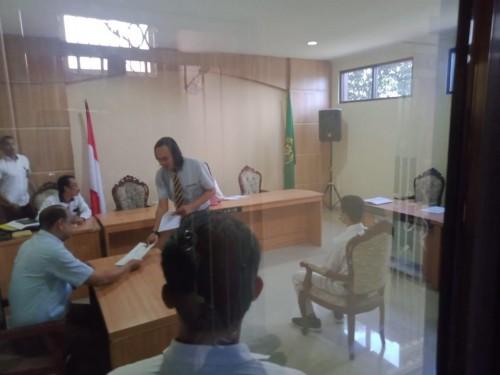 Koordinator penasehat hukum ZA, Bakti Riza Hidayat saat memberikan berkas pledoi ketika proses persidangan berlangsung