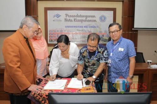 Wakil Rektor III Unikama, Dr. Joice Soraya (baju putih) saat menandatangani Nota Kesepahaman dengan  Universitas Ma Chung (Unikama for MalangTIMES)