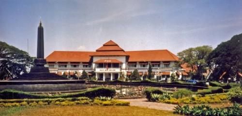 Balai Kota Malang, salah satu bangunan yang telah ditetapkan sebagai Bangunan Cagar Budaya.