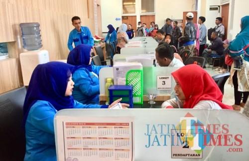Petugas DIspendukcapil saat melayani masyarakat di kantor DIspendukcapil Kota Batu. (Foto: Irsya Richa/MalangTIMES)