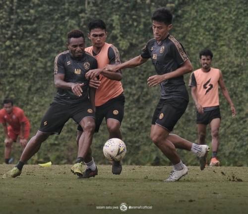 Mariando Uropmabin (paling kiri) saat berebut bola dalam game ketika TC (official Arema FC)