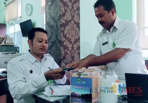 Proses penyerahan dana Gerbu dari salah satu PD Kehumasan Pemkot Malang kepada Baznas (Arifina Cahyanti Firdausi/MalangTIMES)