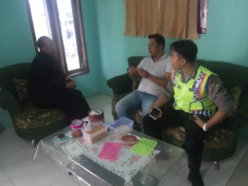 Arif Efendi (paling kiri baju hitam) tersangka kasus penipuan terhadap masyarakat miskin saat diintrogasi oleh polisi