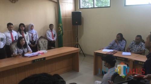 Hakim Nuny Defiary (baju batik warna abu-abu) saat mengetok palu persidangan tanda jika terdakwa pembunuh begal melanggar hukum pidana dan harus menjalani pembinaan selama 1 tahun di LKSA (Foto : Ashaq Lupito)