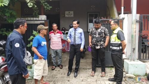Direktur Utama PDAM Kota Malang M. Nor Muhlas (tengah) saat meninjau langsung kondisi aliran air di kawasan perumahan BTU (Pipit Anggraeni/MalangTIMES).
