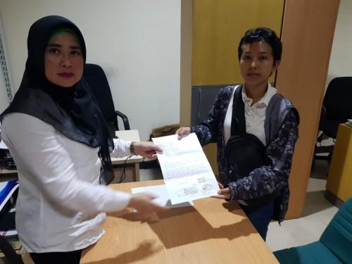 Penyebar informasi hoax sumber air tangki (kanan) saat mendatangi dan meminta maaf kepada pegawai di kantor Perumda Tugu Tirta Kota Malang. (Dokumentasi Perumda Tugu Tirta Kota Malang)