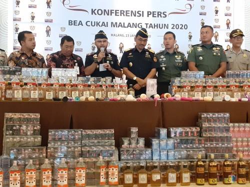 KPPBC Tipe Madya Cukai Malang saat press conference terkait hasil penindakan selama 2019 di Hotel Atria Malang, Kamis (23/1) (Arifina Cahyanti Firdausi/MalangTIMES)