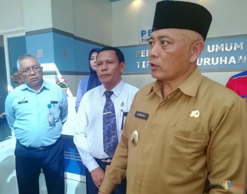 Bupati Malang Sanusi (kanan) Direktur Perumda Syamsul Hadi (tengah)(Foto: Dd Nana/MalangTIMES)
