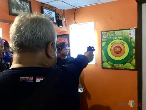 Ketua KPU RI Arief Budiman saat akan menembak pada papan di RPP Nasional Kota Batu, Jumat (24/1/2020). (Foto: Irsya Richa/MalangTIMES)