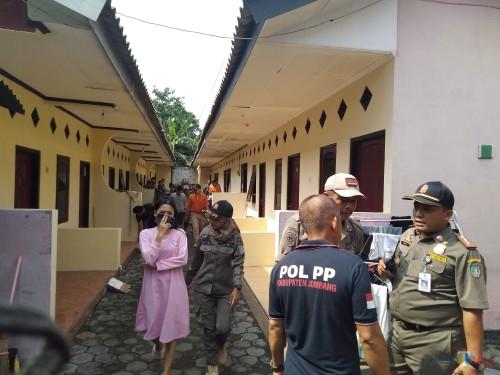 Suasana razia Satpol PP Jombang di salah satu kos di wilayah Desa Kepatihan, Jombang. (Foto : Adi Rosul / JombangTIMES)