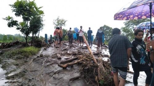 Petugas gabungan saat mengevakuasi material banjir bandang (Foto : PMI Kabupaten Malang for MalangTIMES)