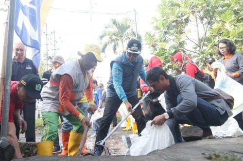 Wakil Wali Kota Malang Sofyan Edi Jarwoko (topi hitam baju biru) saat mengikuti program GASS di Kelurahan Penanggungan, Kecamatan Klojen. (Foto: Humas Pemkot Malang)