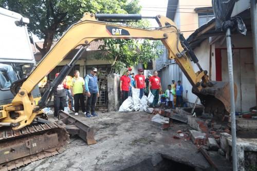 Pembongkaran bangunan liar yang menutup saluran drainase saat kegiatan GASS, Jumat (24/1). (Foto: Humas Pemkot Malang)