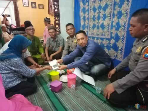 Pihak Jasa Raharja saat memberikan santunan kematian kepada ahli waris korban disaksikan pihak kepolisian (Anggara Sudiongko/MALANGTIMES)