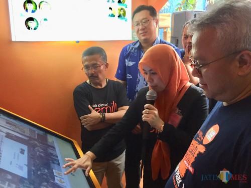 Kanan Ketua KPU RI Arief Budiman saat melihat digitalisasi Rumah Pintar Pemilu (RPP) di Kawasan Jawa Timur Park 1, jalan Kartika, Kelurahan Sisir, Kecamatan Batu, Jumat (24/1/2020). (Foto: Irsya Richa/MalangTIMES)