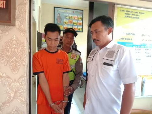 Sugeng Siswanto alias Kuncung tersangka kekerasan dalam rumah tangga yang tega menghajar ibu kandungnya, saat diamankan petugas kepolisian