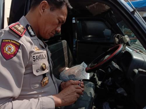 Kapolsek Jabung AKP Syamsul Hidayat saat memeriksa barang bukti pencurian, berupa mobil pick up dan kunci T sebelum diserahkan kepada pemiliknya untuk pinjam pakai