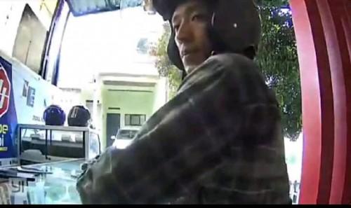 Pelaku pencurian yang terekam cctv mengambil 3 hp dengan modus pura-pura sebagai pembeli (ist)