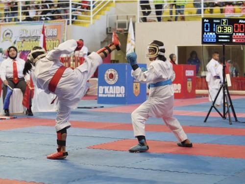 Ke dua atlet putri sedang bertanding di Kejuaraan Karate se Jawa-Balidi GOR Gajah Mada, Keluran Sisir, Kecamatan Batu, Sabtu (25/1/2020).
