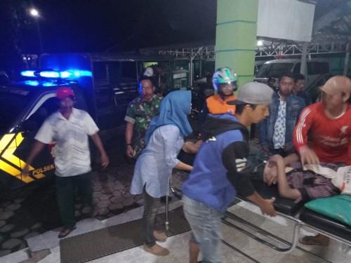 Jenasah korban tenggelam (berbaring di kasur dorong) saat dievakuasi ke rumah sakit guna kepentingan penyidikan (Foto : PMI Kabupaten Malang for MalangTIMES)