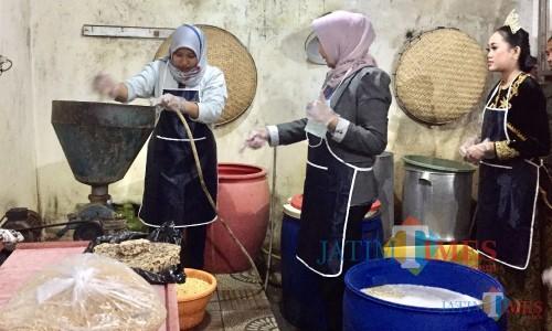 Wali Kota Batu Dewanti Rumpoko (tengah) saat akan mencoba proses penggilingan kacang kedelai di Omah Tempedi Dusun Karangjambe,Desa Beji, Kecamatan Junrejo,beberapa saat lalu. (Foto: Irsya Richa/MalangTIMES)