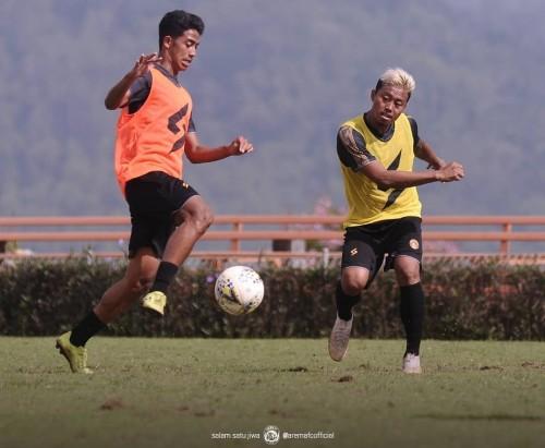 Kushedya Hari Yudo (kanan) saat mengikuti serangkaian TC di Kota Batu bersama Arema FC (official Arema FC)