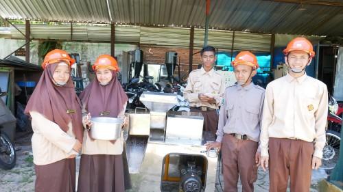 Siswa MA Ahmad Yani Kabupaten Malang tengah mengikuti pelatihan membuat mie berbahan dasar tomat. (Foto: Istimewa)