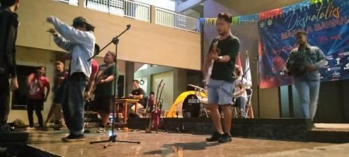 Aksi band reggae Gang Bontoe di Dis Natalis Mapala Bawana Unisba Blitar ke-11