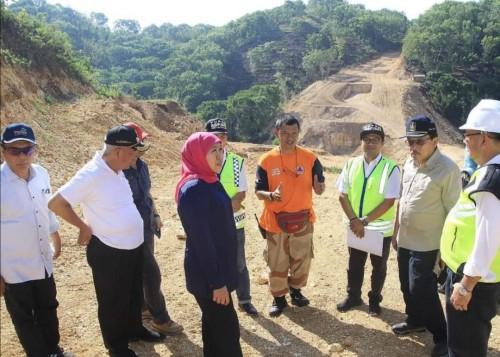 Gubernur Jatim Khofifah Indar Parawansa (jilbab merah) bersama rombongan meninjau JLS. (Foto: Instagram)