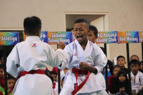 Ke dua atlet putra sedang bertanding di Kejuaraan Karate se Jawa-Bali di GOR Gajah Mada, Keluran Sisir, Kecamatan Batu.