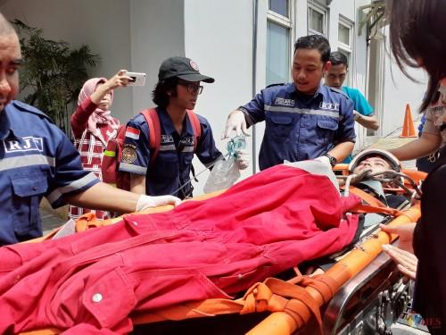 Proses evakuasi salah satu korban kebakaran saat simulasi kebencanaan di Hotel The 1O1  OJ Malang. (Arifina Cahyanti Firdausi/MalangTIMES)