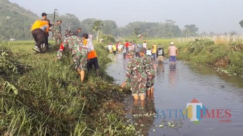 Perang Lawan Sampah, Koramil 0808/10 Kademangan Karya Bhakti Bersihkan Sungai