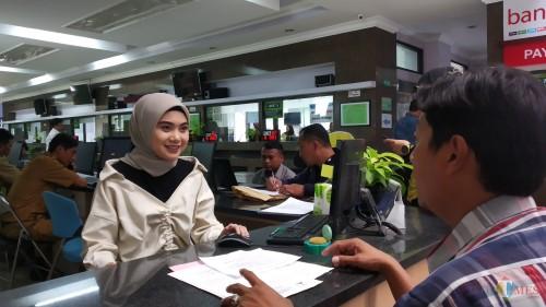Petugas saat memberikan layanan informasi kepada pengurus izin di Disnaker-PMPTSP Kota Malang. (Pipit Anggraeni/MalangTIMES).