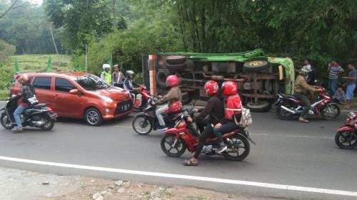 Kondisi truk yang nguling sesaat sebelum dievakuasi dengan mobil derek (Foto : Istimewa)