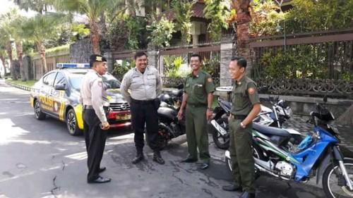 Petugas Polresta Malang Kota, saat melakukan kunjungan ke lingkungan perumahan (ist)